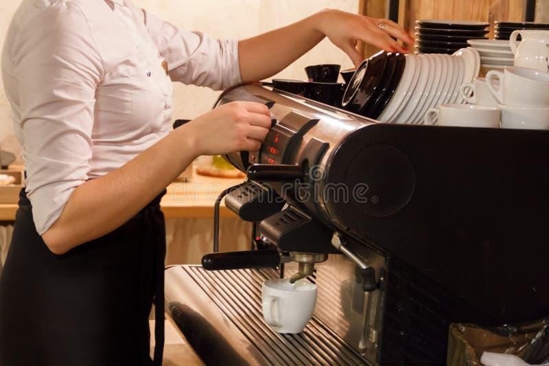 Mujer que prepara el café en la cafetera fotografía de archivo