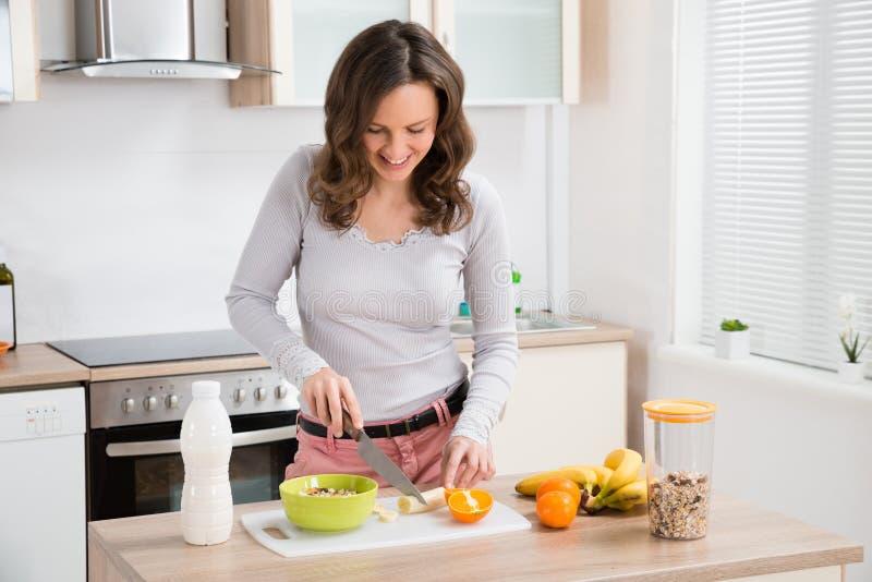Mujer que prepara el desayuno fotos de archivo libres de regalías