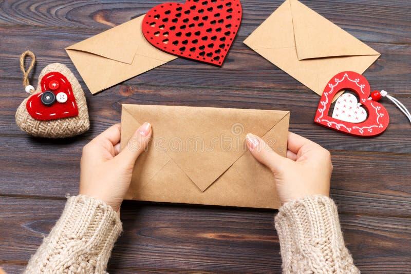 Mujer que prepara el sobre hecho a mano para envolver el día del ` s de la tarjeta del día de San Valentín Concepto del día de Sa fotos de archivo