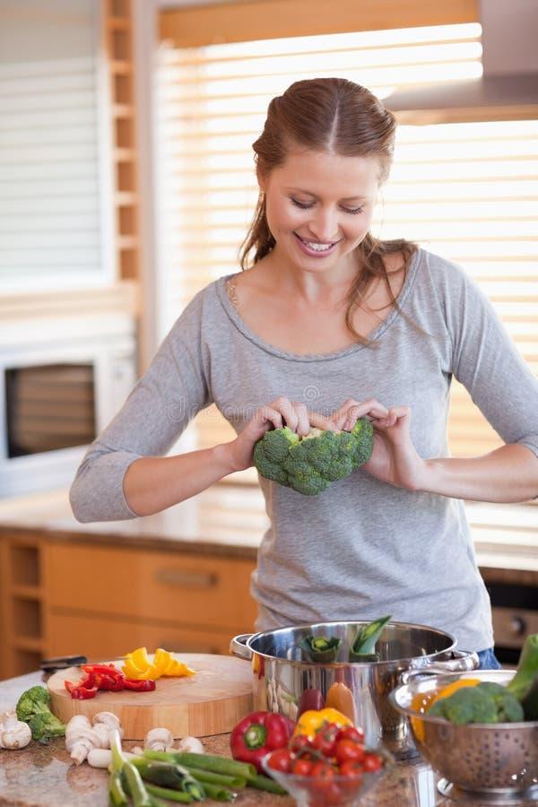 Mujer que prepara la comida sana fotografía de archivo libre de regalías