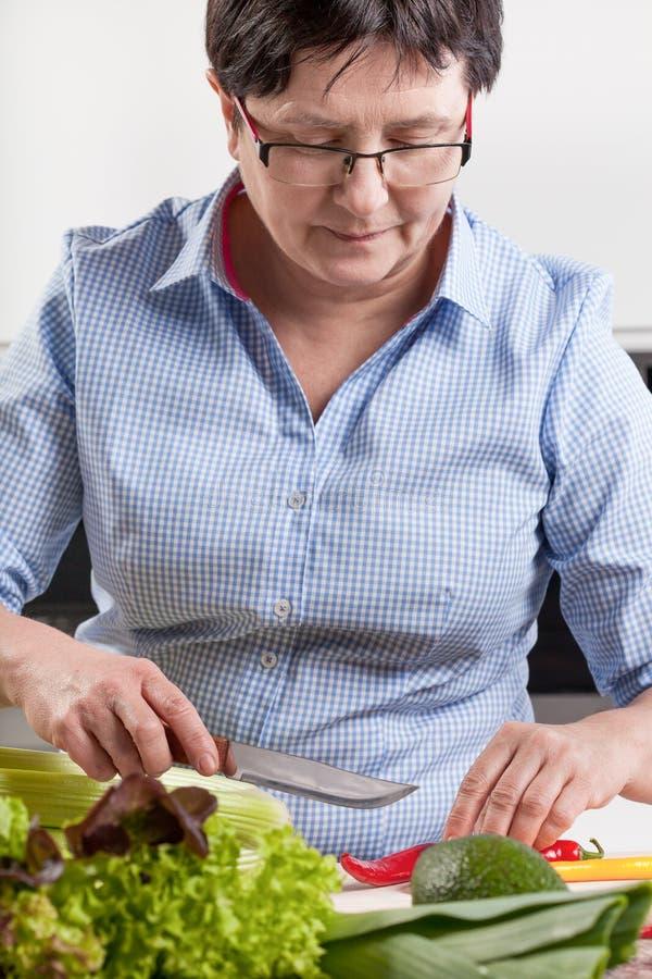 Mujer que prepara la comida sana imagen de archivo