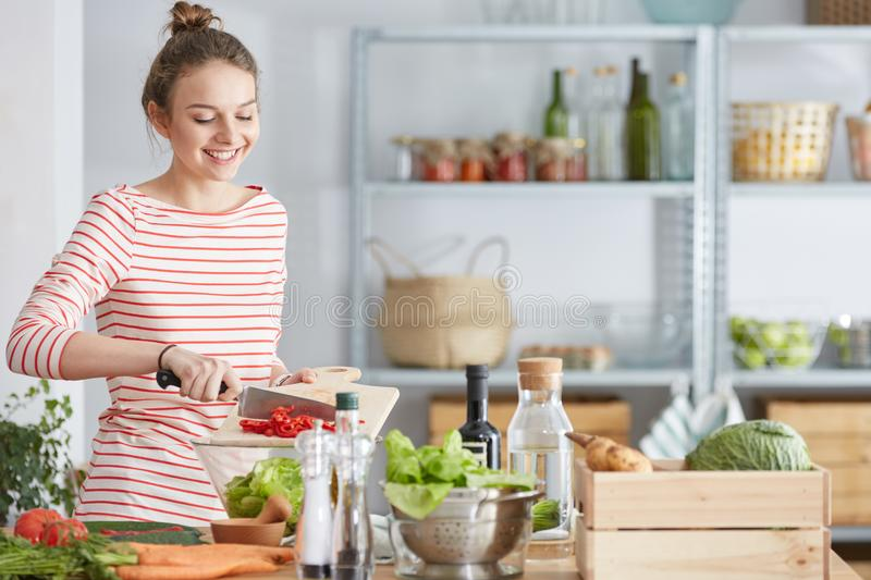 Mujer que prepara la comida vegetariana fotografía de archivo libre de regalías