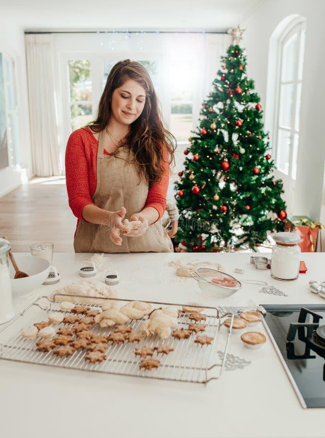 Mujer que prepara las galletas para la Navidad fotos de archivo