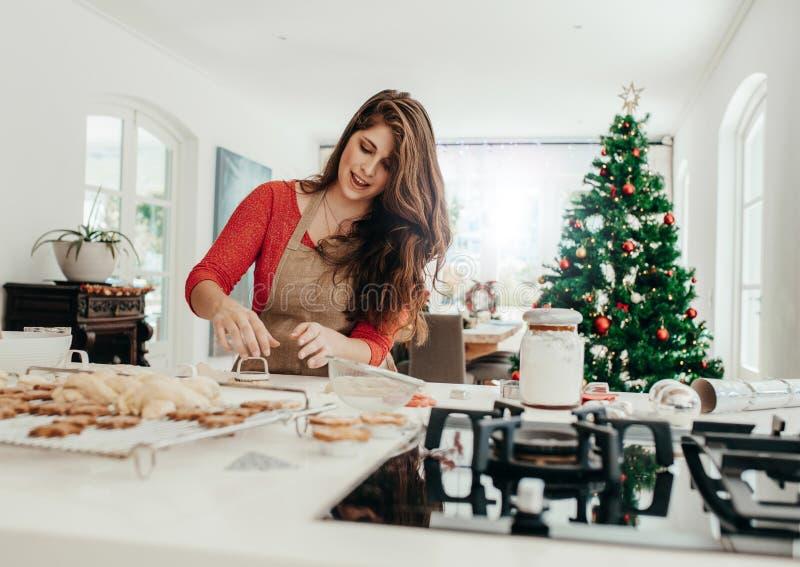 Mujer que prepara las galletas para la Navidad imagen de archivo