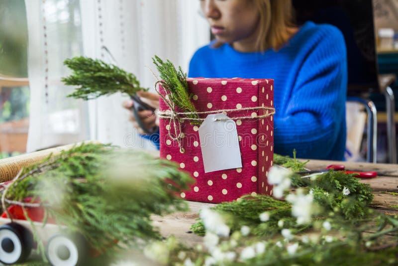 Mujer que prepara los regalos para la Navidad fotografía de archivo libre de regalías