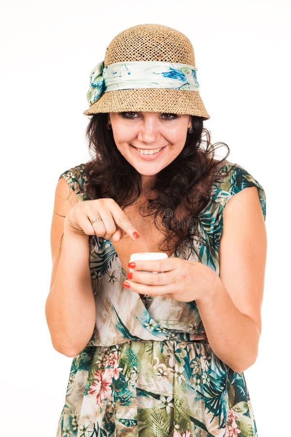 Mujer que presenta con crema Ella mancha su cara con crema imagenes de archivo