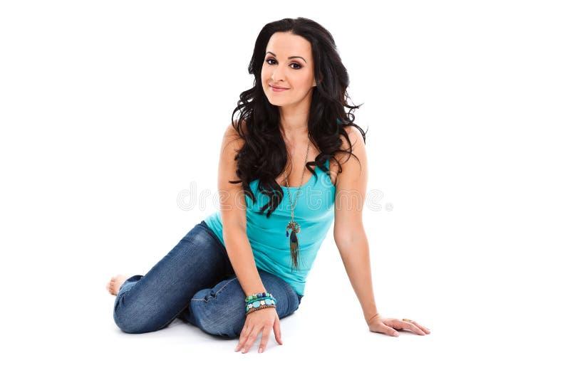 Mujer que presenta en el suelo imagenes de archivo