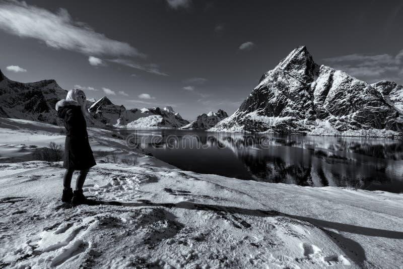 Mujer que presenta en las montañas de las islas de Lofoten Reine, Noruega fotografía de archivo libre de regalías