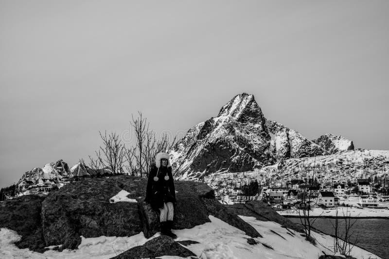 Mujer que presenta en las montañas de las islas de Lofoten Reine, Noruega fotos de archivo libres de regalías