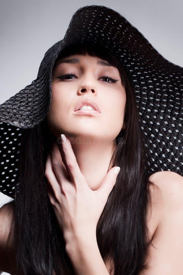 Mujer que presenta en un sombrero fotos de archivo