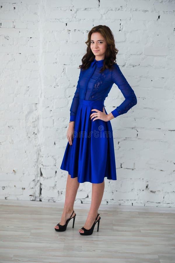 Mujer que presenta en vestido de noche azul fotografía de archivo libre de regalías