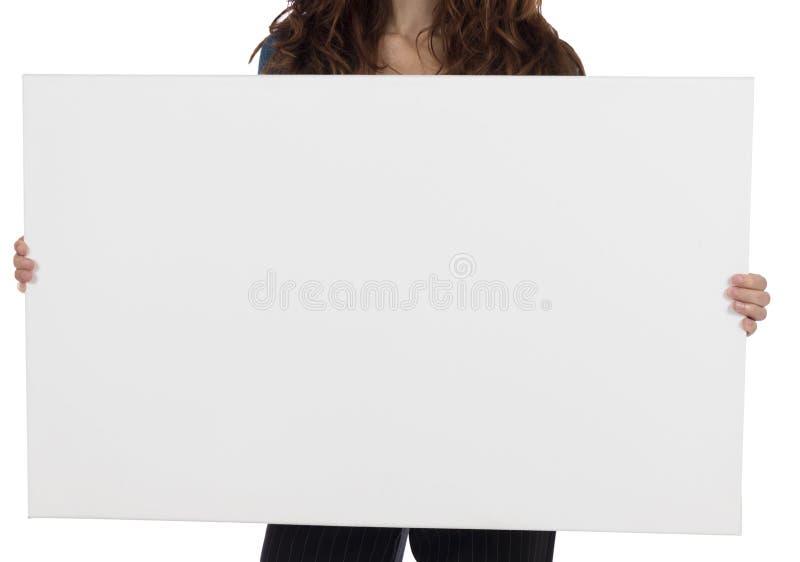Download Mujer Que Presenta Un Cartel En Blanco Con El Espacio De La Copia Imagen de archivo - Imagen de comercialización, presentación: 44853029