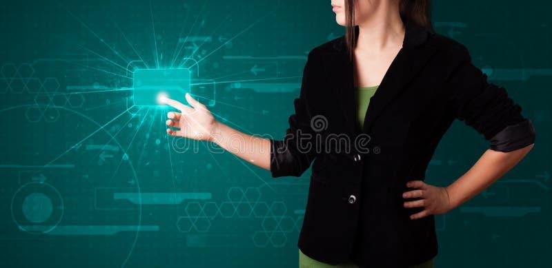 Mujer que presiona el tipo de alta tecnología de botones modernos imágenes de archivo libres de regalías
