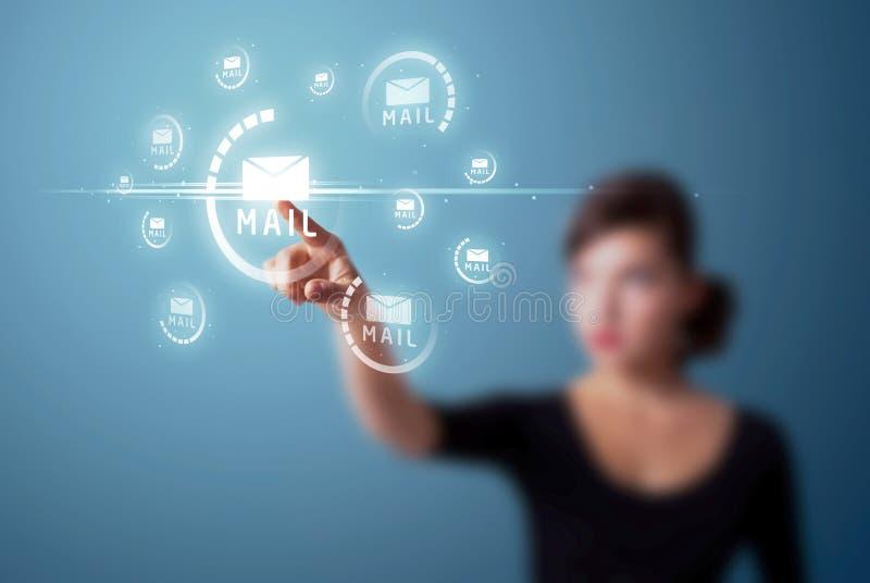 Mujer que presiona el tipo virtual de la mensajería de iconos imagen de archivo