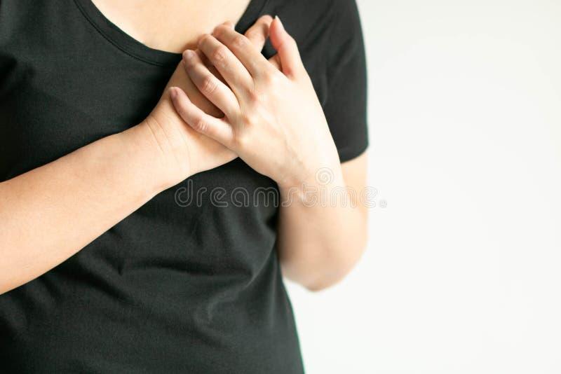 Mujer que presiona en pecho con doloroso en primer imagen de archivo libre de regalías