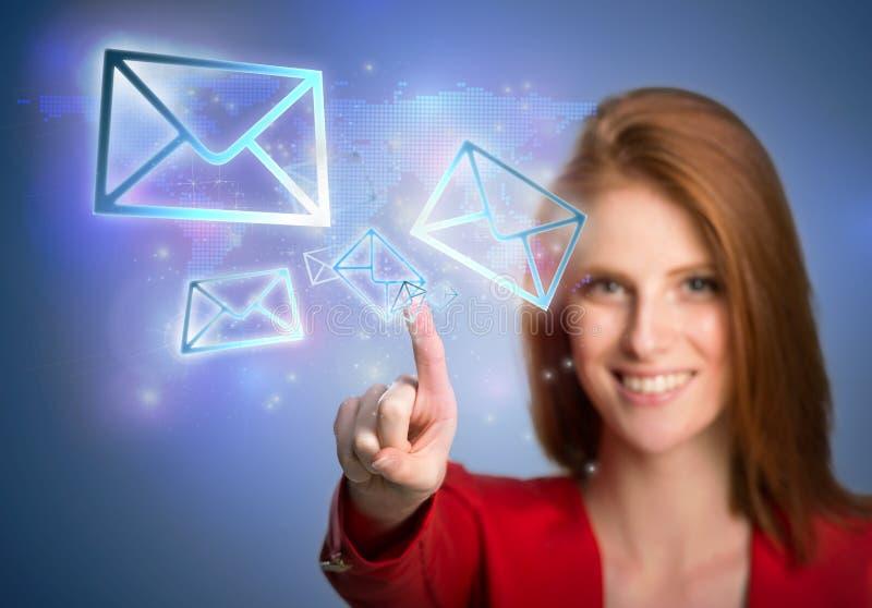 Mujer que presiona iconos virtuales del correo electrónico imagen de archivo libre de regalías
