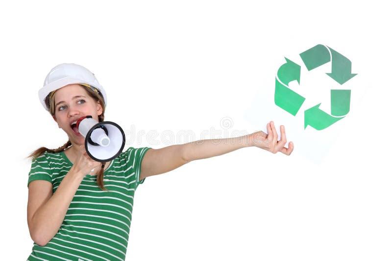 Mujer que promueve el reciclaje fotos de archivo