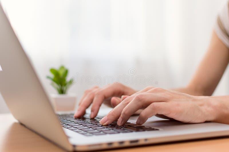 Mujer que pulsa en el ordenador portátil fotos de archivo libres de regalías