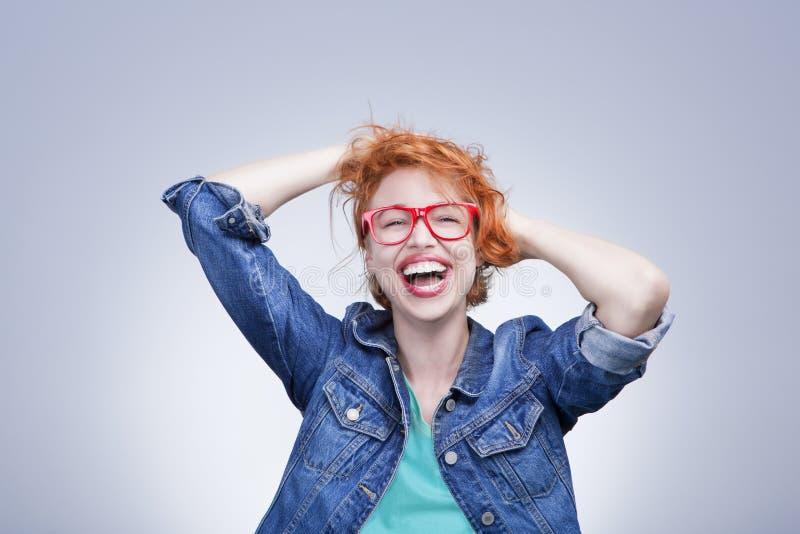 Mujer que ríe con los ojos cerrados imagen de archivo libre de regalías