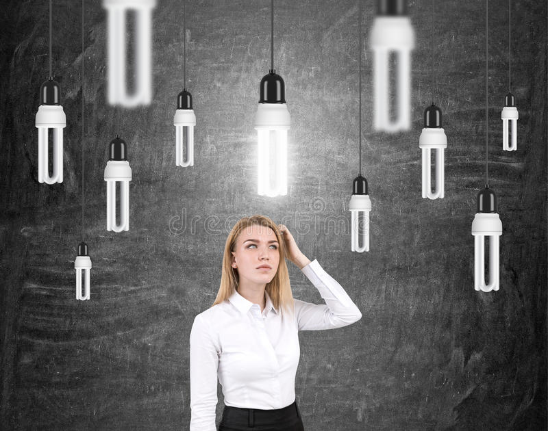 Mujer que rasguña las bombillas principales y imágenes de archivo libres de regalías