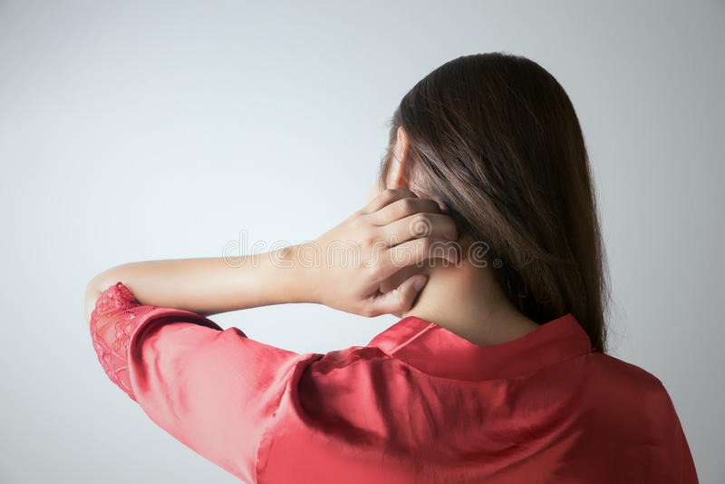 Mujer que rasguña su cuello foto de archivo libre de regalías