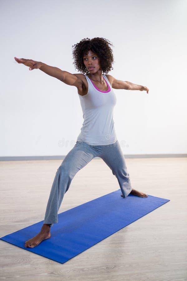 Mujer que realiza yoga imagenes de archivo