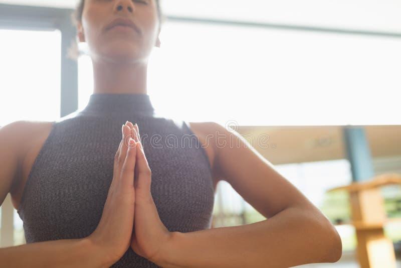 Mujer que realiza yoga en el gimnasio imagenes de archivo