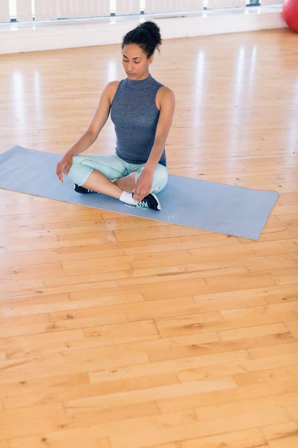 Mujer que realiza yoga en el gimnasio fotos de archivo libres de regalías