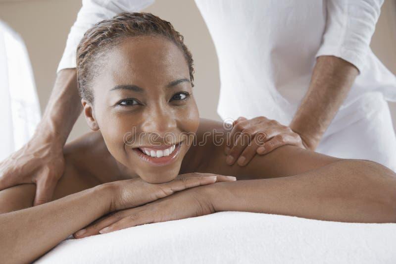 Mujer que recibe masaje del hombro foto de archivo libre de regalías