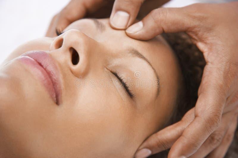 Mujer que recibe un masaje principal imagen de archivo libre de regalías