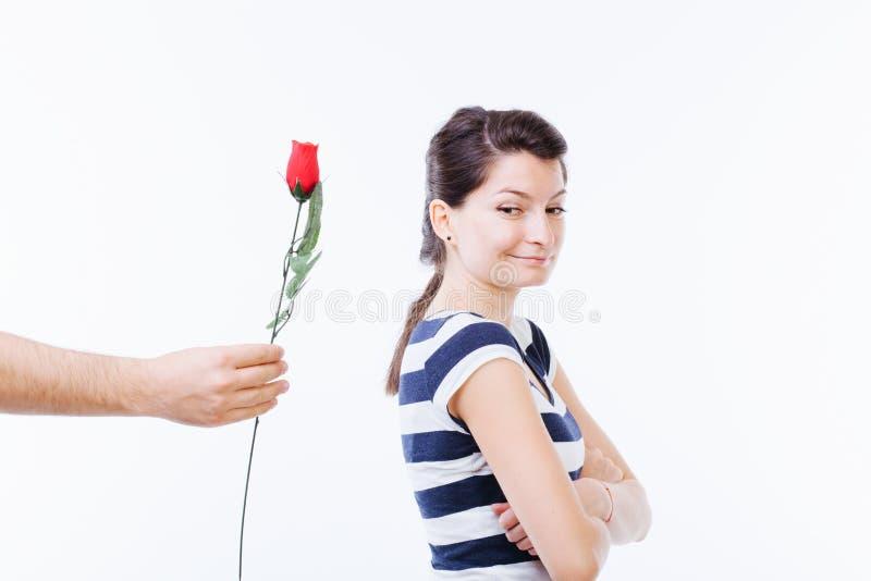 Mujer que recibe una flor fotografía de archivo libre de regalías