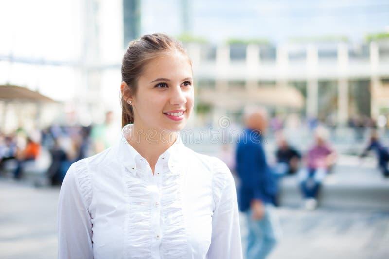 Mujer que recorre al aire libre imágenes de archivo libres de regalías