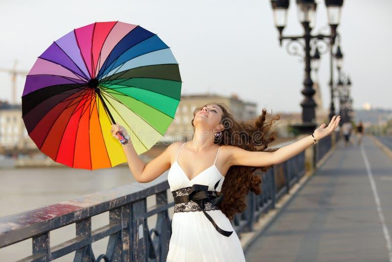 Mujer que recorre con el paraguas imágenes de archivo libres de regalías