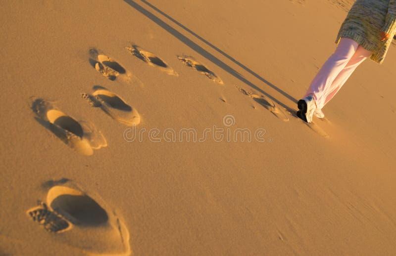 Mujer que recorre en la playa foto de archivo libre de regalías