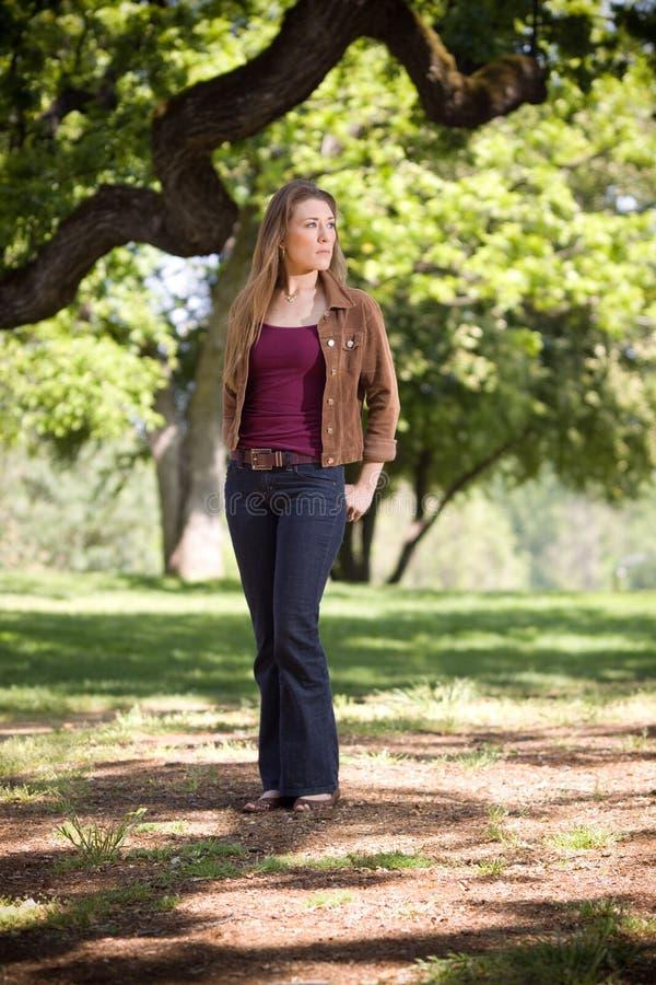 Mujer que recorre en parque imagen de archivo