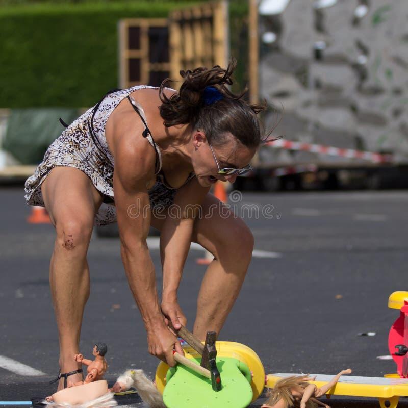 Mujer que rompe los juguetes. imagen de archivo libre de regalías