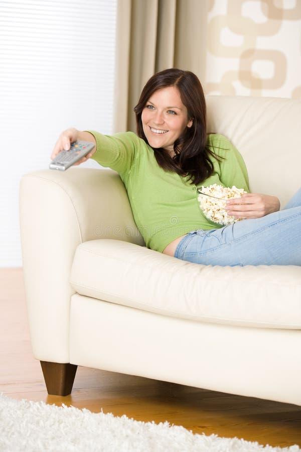 Mujer que señala con la televisión teledirigida fotos de archivo libres de regalías