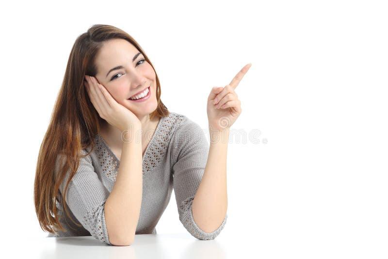 Mujer que señala y que presenta en el lado fotografía de archivo