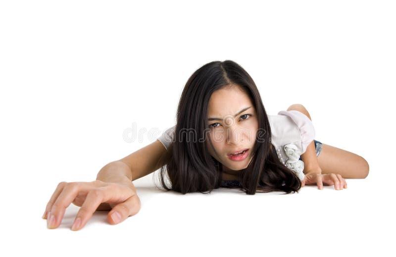 Mujer que se arrastra en todos los fours foto de archivo libre de regalías