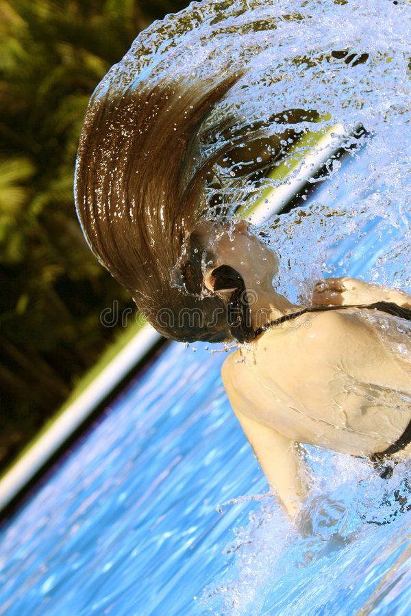 Mujer que se baña en piscina imagenes de archivo