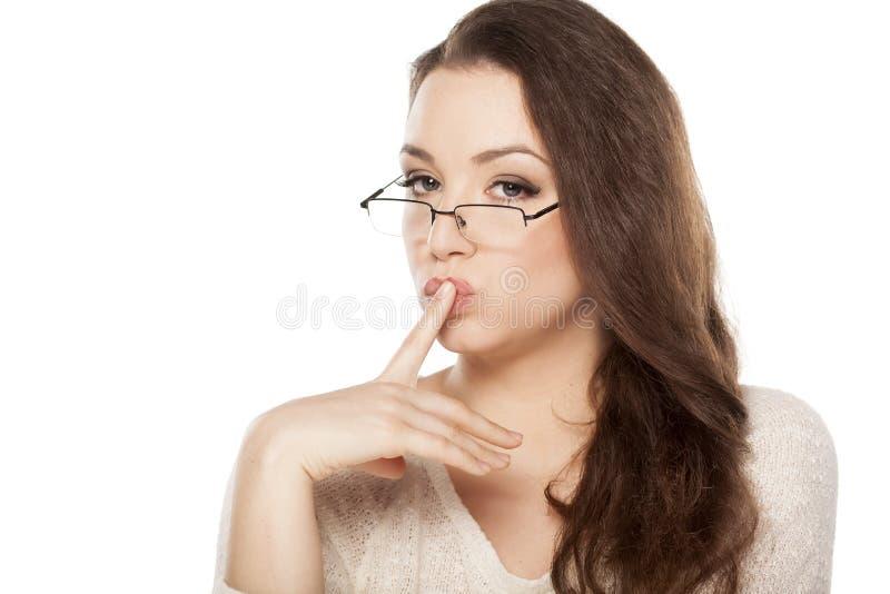 Mujer que se besa el finger fotografía de archivo libre de regalías