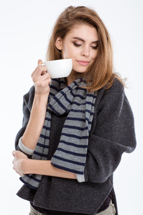 mujer que se coloca con la taza de café fotos de archivo