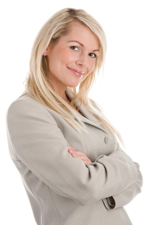 Mujer que se coloca con los brazos cruzados foto de archivo libre de regalías