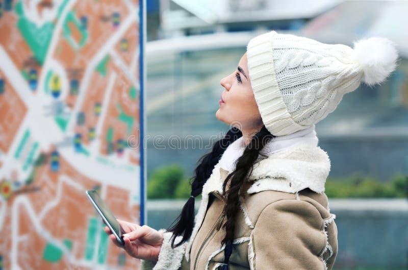 Mujer que se coloca delante de mapa imagen de archivo libre de regalías