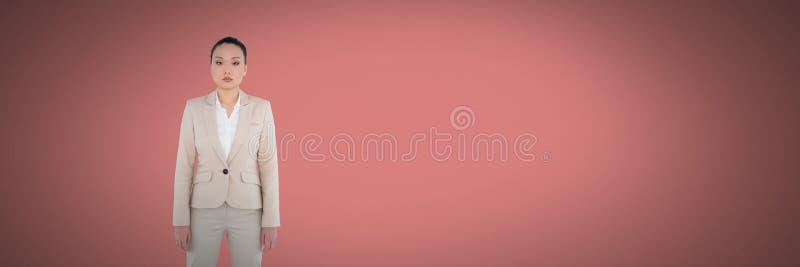 Mujer que se coloca en espacio rosado fotografía de archivo libre de regalías