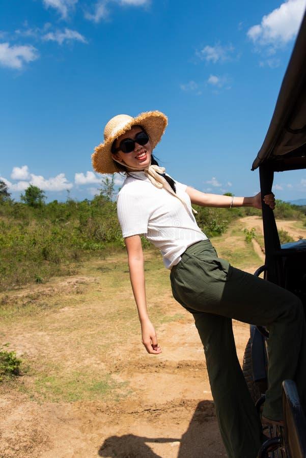 Mujer que se divierte en el camión del safari imagen de archivo