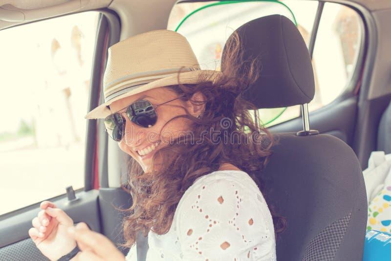 Mujer que se divierte en el coche dancing fotografía de archivo libre de regalías