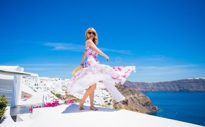 Mujer que se divierte en Santorini imágenes de archivo libres de regalías