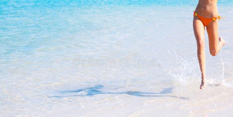 Mujer que se ejecuta en agua fotos de archivo