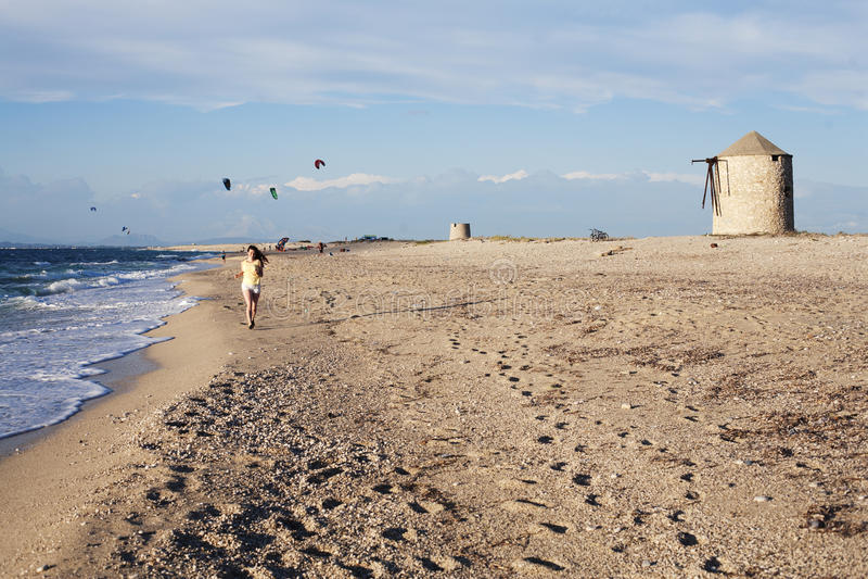 Mujer que se ejecuta en la playa fotografía de archivo
